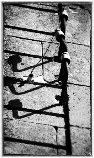 "Ici l'ombre !!! :-) http://www.doctsf.com/sons/v.mp3 - Sorry french ""jeu de mot"" :-) Jeu De Mot Low Angle View Noir Et Blanc _lights And Shadows_ Black And White Blackandwhite Bnw_friday_eyeemchallenge Focus On Shadow Instagram Kik Metal No People Noiretblanc Ombre Outdoors Shadow Snapchat Sunlight"