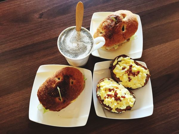 早餐 Breakfast 義式香草雞腿堡 蛋沙拉裸麥鄉村唐提 佛卡夏燒肉堡 在 拾分