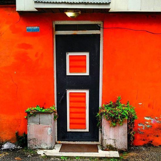 گیلان انزلی انزلیچی ایران ایرانگردی ویلا قرمز در سکو Iran Iranpics Gilan Anzali Anzalichi Villa Redish Redishvilla Door Streetlife