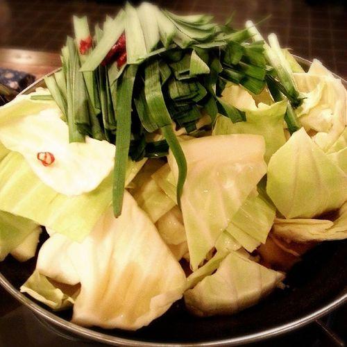 昨日の夜ごはん もつ鍋 鍋 あったまった 九州あっさりさっぱり してた。そしてキャベツ が甘い♡ニラ だいすき♡めっちゃおいしかった(>_<)cabbagenabeChinesechivevegetable 昨日も寒かったおいしい