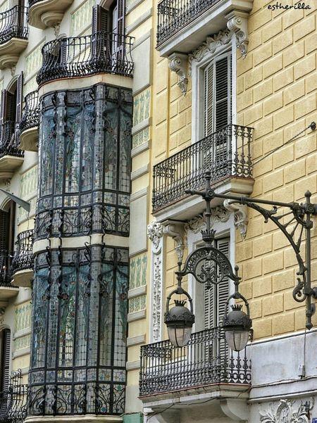 Carrer Gran de Gràcia. Barcelona. Hello World Barcelona Hello World Nikon Nikonphotography Farolas Puertas Y Ventanas Vidrieras Ilovebarcelona