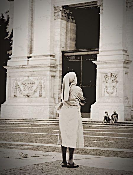 Rome Enjoying Life Interesting Nun