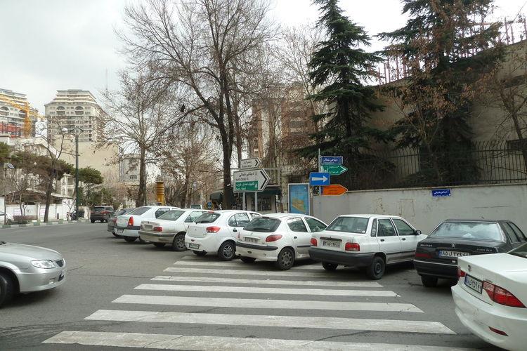 Teheran Drivers like to park on zenbras Autofahren Im Orient Hauptsache ICH Kein Durchgang Für Fussgän Keine Durchfahrt Mit Kinderwage Parkplatz Auf Fussgängerübrweg Rücksichtslosigkeit Beim Parken Rüpel Am Steuer Zenbra Parkin In Teheran