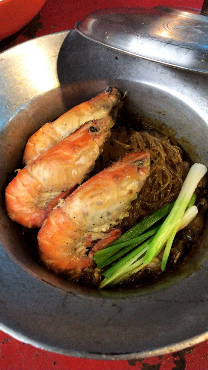 HIGH ANGLE VIEW OF MEAT IN BOWL