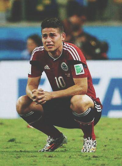 Solo quiero darle gracias a mi selección por habernos llevado tan lejos y que perdimos con dignidad, y no gracias a un arbitro. Estas imagenes me parten el corazon, pero igual estoy feliz. Fuerza james, fuerza mi seleccion, son los mejores. Colombia Futbol Jamesrodriguez Worldcup2014
