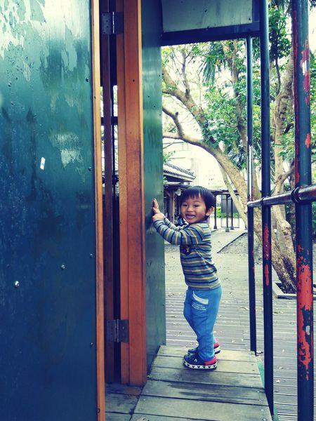 壁咚 Childhood One Person People Day Smiling Tree Nature Human Body Part Outdoors