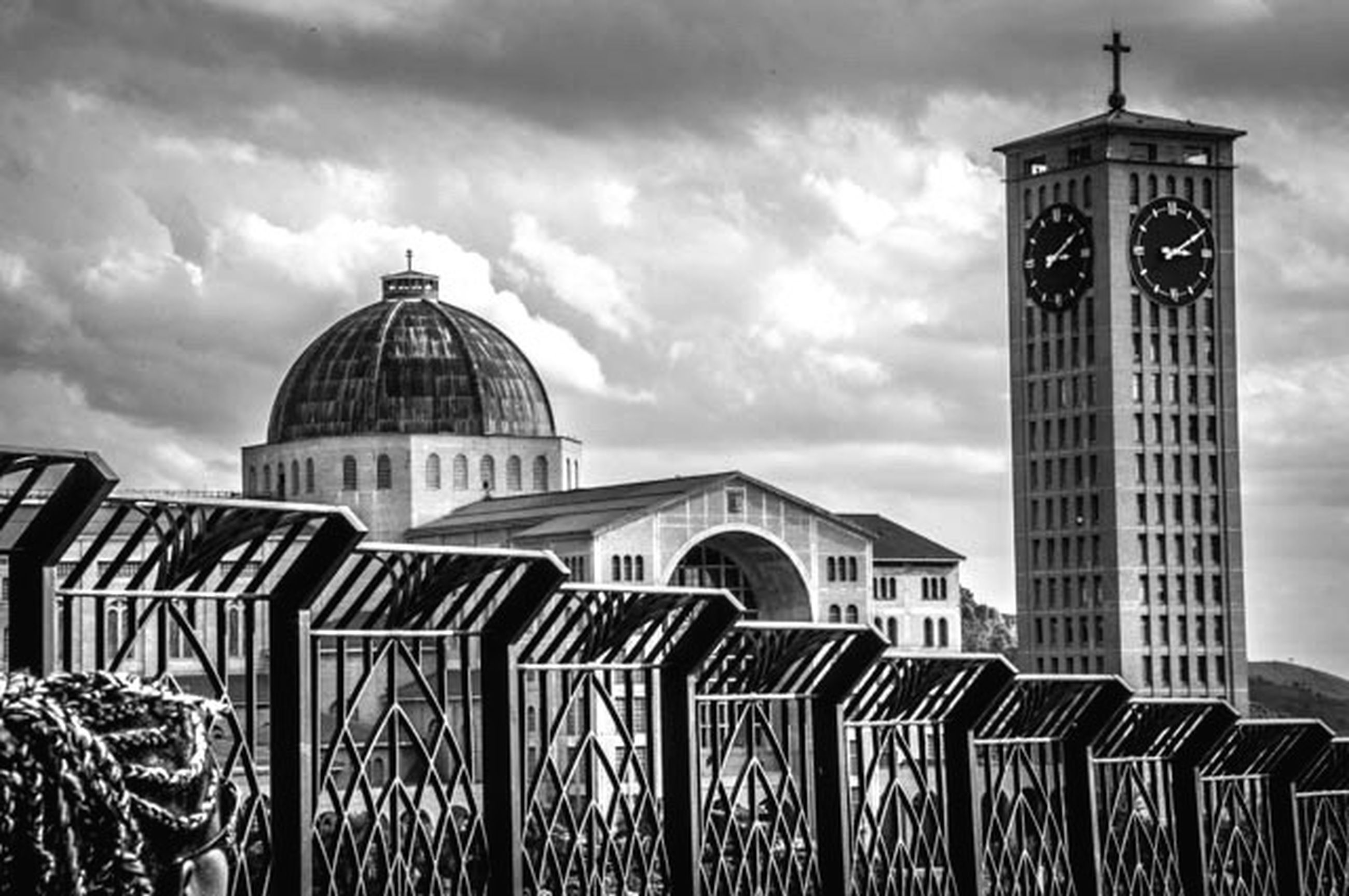 architecture, built structure, building exterior, sky, place of worship, cloud - sky, religion, dome, spirituality, cloudy, church, famous place, travel destinations, cloud, tower, tourism, travel, outdoors