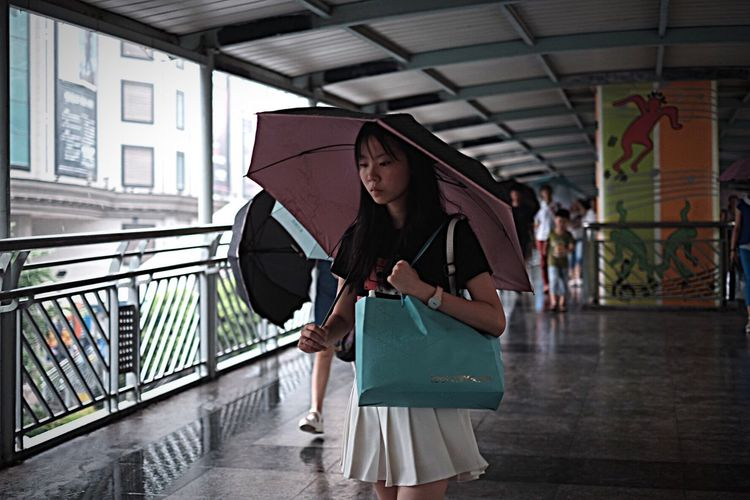 Today's Hot Look Street Photography Street Streetphotography Today Hot Look  Girl Rain Rainy Days