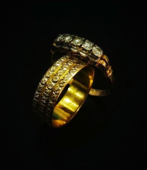 Gold Colored Wealth Luxury Gold Black Background Close-up Rings Cincin Cincin Belah Rotan Emas Cincin Tunang