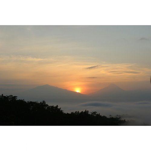Sun rise at puthuk setumbu Amateur Amaturecapture Canon Sunrise Noeffect Noedit Puthuksetumbu Borobudur Eksploremagelang Eksploreborobudur