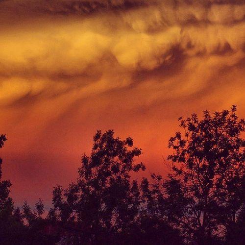 Távoli üllő felhősávokkal, kissé túlfilterezve