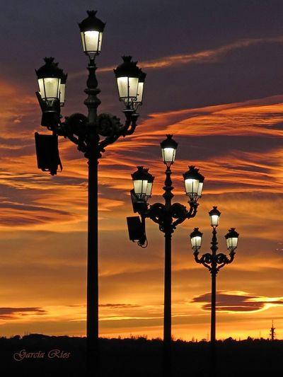 Atardecer. Europa Street Sky Cielo Y Nubes  Cielo Canonphotography Sun Sol Manu García Spain♥ España🇪🇸 Canon_official Manugarcía Sunlight Atardecer Sunset Atardeceres Madrid Madrid Spain Orange Naranja Farolas Farolasencendidas Europa