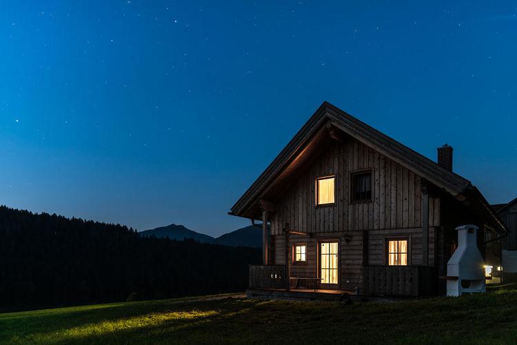 Berge Blau Fassade Fenster Gelb Grün Haus Himmel Holz Hütte Klar Langzeitbelichtung Licht Nacht Steiermark Sterne  Traditionell Typisch Wald Wiese  Österreich