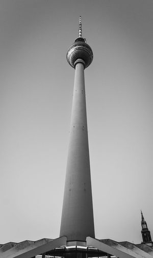 Blick auf den Berliner Fernsehturm Streetphoto_bw Berliner Fernsehturm Berlin Street Photography Schwarz & Weiß Black & White Photography Blackandwhitephotography Berlin Photography Fernsehturm Berlin  Architecture Blackandwhite Building Exterior Built Structure Communication Day Low Angle View No People Outdoors Schwarzweißfotografie Sky Tall - High Tourism Tower Travel Travel Destinations EyeEmNewHere