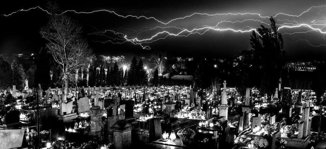 Blitze über einen Friedhof bei Nacht. Lightning Lightning Storm Cemetery Cemetery Photography Friedhof Blitze Sturm Nachtfotografie Nightphotography