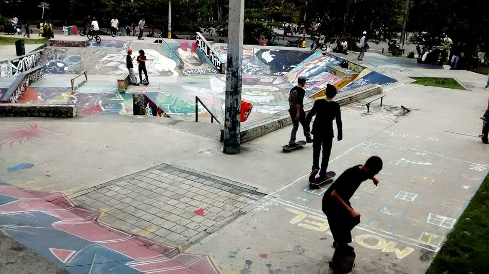Skate Skatepark Skateboarding Divercion Juegos Sports Plays Deporte Sport People Large Group Of People Playing Practicing Real People Teamwork Competition Playing Field Lifestyles Adult Outdoors Match - Sport Day Men Sports Team Adults Only