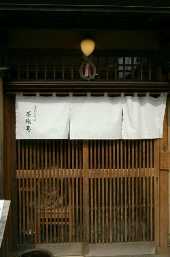 Street View Streetphotography Soba Noodles Japanese Style 鎌倉 蕎麦屋 Ricoh GRD III お蕎麦屋さん【茶織庵】、場所柄着物姿の方が多くてお洒落な店でした。何で正月飾り?と思ったら鶴岡八幡宮のしめ縄だった(笑)。八幡さまは生活と密着してるんだね(笑)。