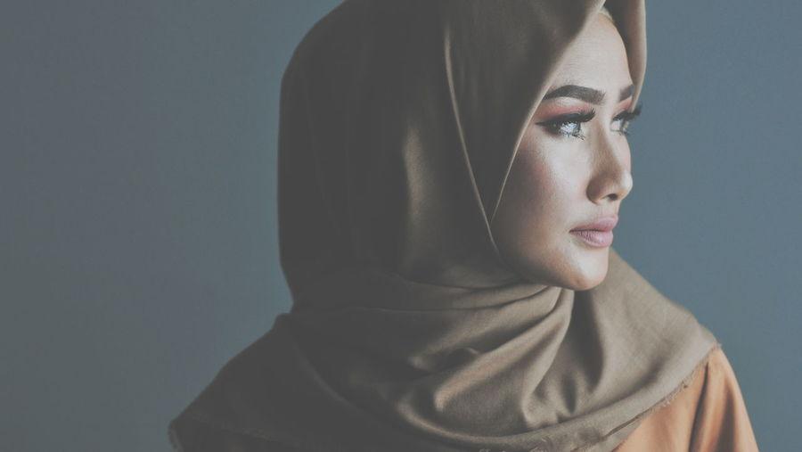 Hijab Hijabstyle  Hijabfashion Hijabbeauty Girl Young Women Portrait Beautiful Woman Beauty Beautiful People Human Face Headshot Women Studio Shot Arts Culture And Entertainment Eye Make-up Mascara International Women's Day 2019