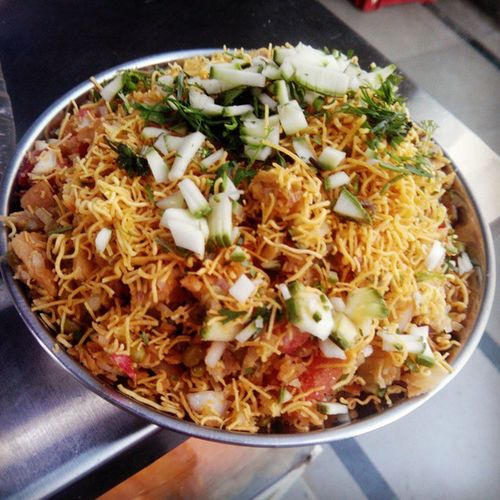 This is the most commonly sold chaat in the streets of Mumbai. Almost every street has its own friendly bhelwala with his inimitable blends of chutneys and masalas. Bhel is a delectable combination of papadis, puffed rice, sev, onions, potatoes, raw mango and chutneys. The proportions of the various chutneys can be changed to adjust to your personal preferences. Goldenbhel Mumbaifood Foodpic Foodstories Foodie Foodblog Blog Aamchimumbai Bhelservedinplate Lifeline Local Mumbai Mumbaifoodie Maharashta Streetfood Incredibleindia Nashta Nomnomnom Lowcalories Chakna Zomato