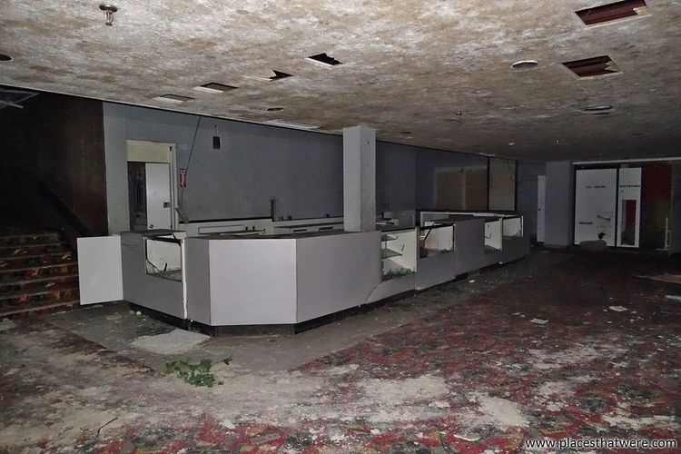 Let's all go to the lobby. More here: http://www.placesthatwere.com/2017/07/rolling-acres-dead-mall.html Lobby Theater Concession Stand Mall Abandoned Building Urbex Abandoned Places Urban Exploration Urban Decay Akron Rolling Acres Eerie Akron Ohio Rust Belt Abandoned Buildings Creepy Abandoned & Derelict Abandoned Dead Mall Abandoned Mall Dead Malls No People Ruins Water Damage