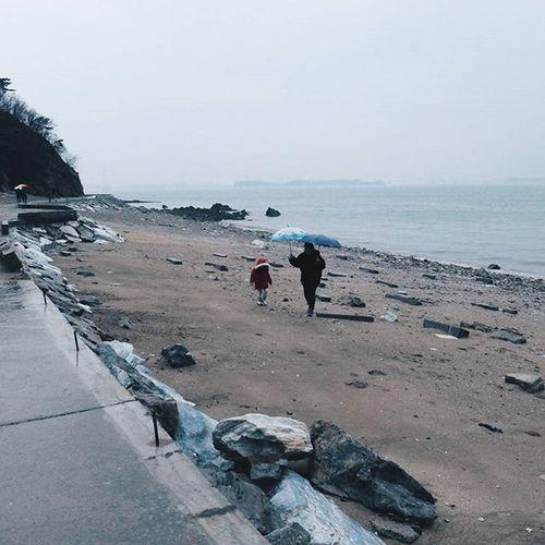 우산 없이 비 쫄딱맞고 나홀로 돌아오는길 걱정되서 돌아오라는 전화 와 쓸쓸한 해안가 함께 걷는 엄마와딸 모습에 아직 내마음속 작은 희망실타래 가 있음을 알아차렸다. 나홀로 구봉도산책 근데 실타래는 어떻게 풀지?