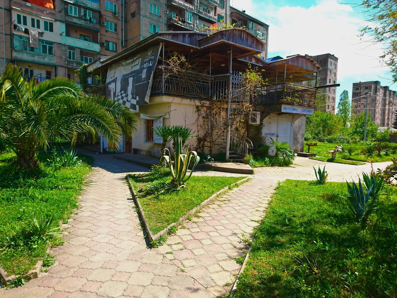 architecture, built structure, building exterior, outdoors, grass, tree, day, no people, nature, city, sky