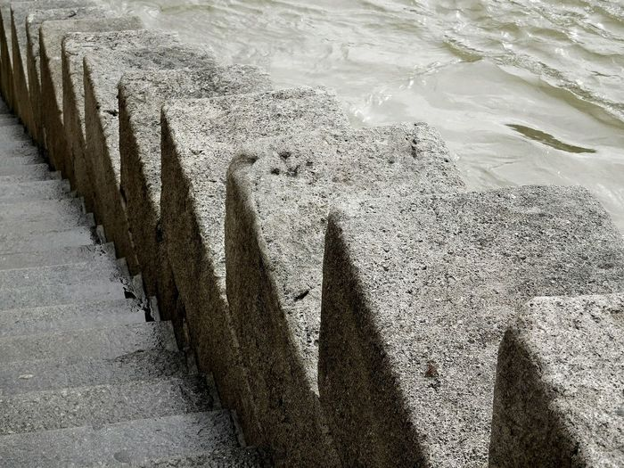 Photographie  Fleuve Parapet En Escalier Ton Beige Gris Vert Couleur De L Eau