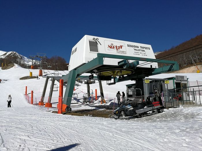 Snow Cold Temperature Winter Sky Nature Text Mountain Real People White Color Day Men Sunlight Group Of People Leisure Activity Architecture Winter Sport Built Structure Lifestyles Outdoors Snowcapped Mountain Warm Clothing Ski Area Ski Lift Chair Lift Roccaraso