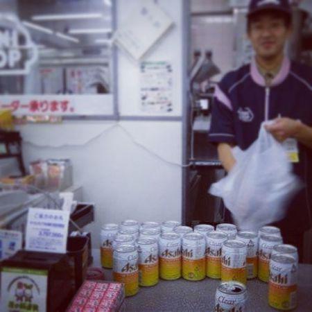 Asahibeer Asahi Nights  With my friends @sabalero18 @migueel19_ mucha cerveza beer japan mexico nuevoleon un vendedor así de feliz como el de alla drink drunk mybrothers @aandiy brother soccer futbol hinchas
