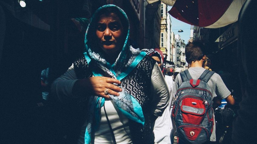 Street Lifestyles Holding Leisure Activity Casual Clothing Warm Clothing Person Front View Young Adult Focus On Foreground Freshness Streettogs Streetphotographer City Street Worldstreetphotography Istanbulstreetphotography Streetog Streetphoto_color Daily Life Istanbul