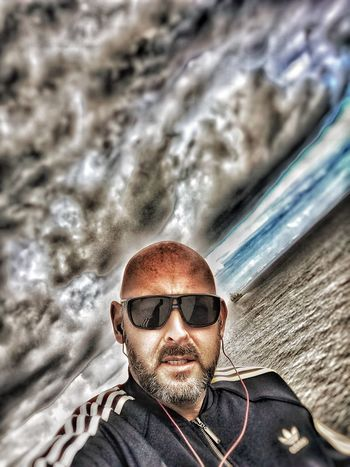 Bonjour, pour une premiere photo de présentation quoi de mieux qu un selfie ! Portrait Sunglasses Lifestyles Looking At Camera Real People One Person Storm First Eyeem Photo