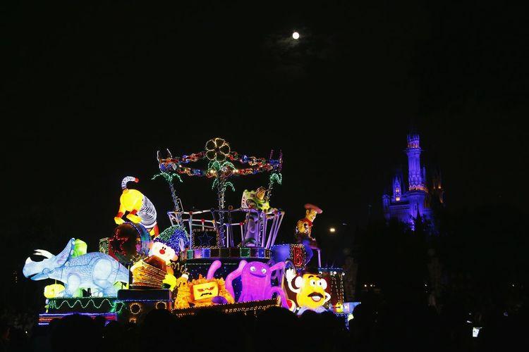 Illuminated ferris wheel at night