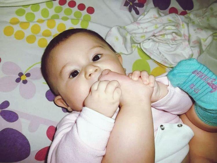Minikim ayak parmaklarini emerken.. Impossible Moments My Baby My Daughter Hellooo Eyem !
