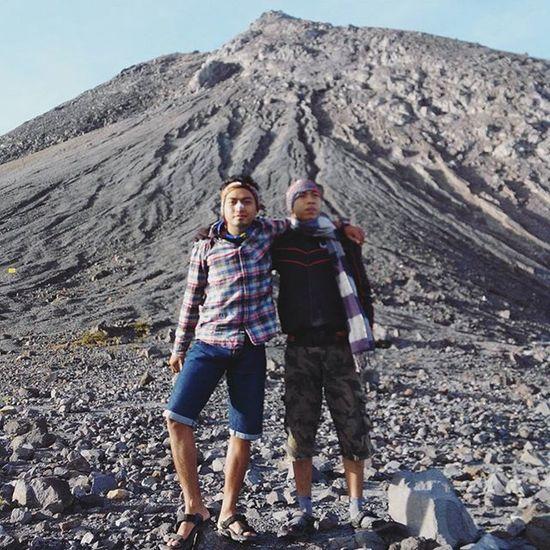Seberat apapun perjalanan mu, akan selalu ada sahabat yang menemani.. -------------------------------------- Goodmorning INDONESIA Sunrise Mountain Merapi Volcanoes Hiking Climb Adventure People Pendaki Gunung Summit Emotion Adventure Trip Masl Mdpl