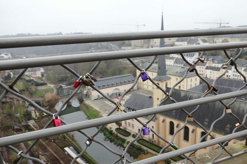 City Luxemburg City Schloss Geländer Glücksbringer Ausblick View From Above Geländer Railing Luck Luckycharm Love Locks Love Lock