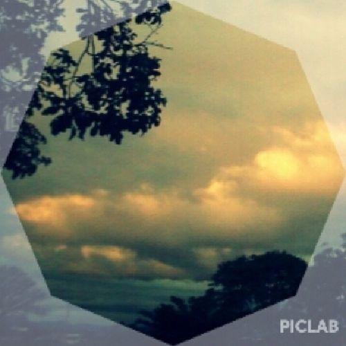 Todo dia peço pra Deus abençoar aquilo que já conquistei, e o medo não dominar, o sonho que já trilhei. Hoje o céu abriu e o sol apareceu ❤? ? ✺ Sobreoceudeontem Sky Perfect Beautiful light piclab God instapic instagood like4like