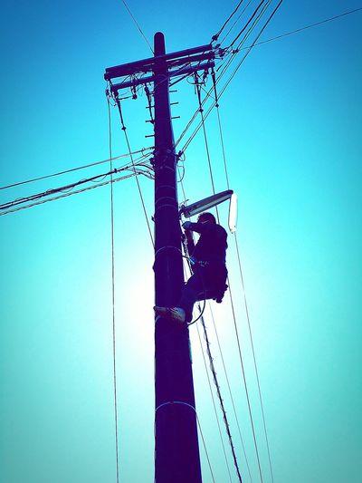 今日のお仕事。遠くのお仕事もしますが、自宅周辺のちょっとしたおそ事もいたします。今日はちょちょことあちこち・・・。写真は町内会の防犯灯の球替えのものです。胴綱を使って上手に作業します。高い所なのにご苦労様。 お仕事 電器屋さん いつもありがとう 地元にて