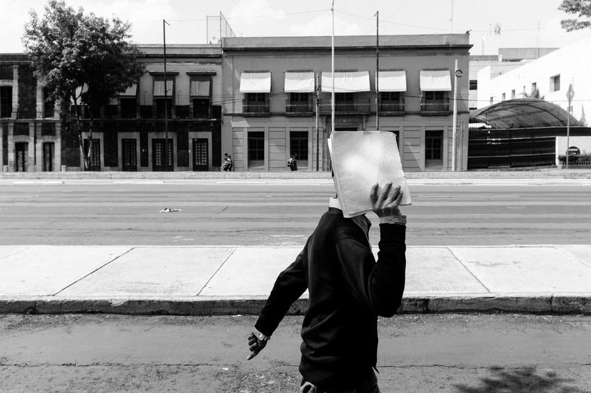 A candid frame. EyeEm Best Shots Faces Of EyeEm Fine Art Photography Man Mexico WeekOnEyeEm Architecture Black And White Photography Blackandwhite Building Building Exterior Built Structure Candid Candid Photography City Cover Fine Art Obscured Face One Person Road Street Street Photo Street Photography Streetphoto_bw Streetphotography
