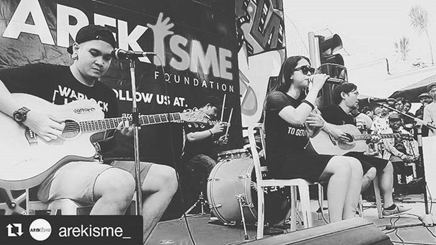 """IGNR perform """"One Blood One Love"""" loop station sby support Arekisme @ignore_band @arekisme_ Music Surabayamusic IndieBand Performance"""