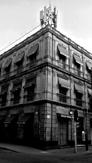 Ciudad De México Stretview Streetphotography PhonePhotography Music Store Tienda Musical Mexico City Bolivar Street Walking To Work Foto Callejera