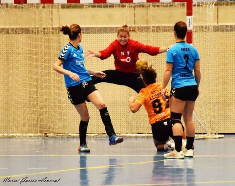 Women Handball Handball Is My Life Basketball - Sport Teenager Playing Basketball Player Sport Togetherness Friendship Full Length Leisure Activity Sports Team High School Teenagers Only Competition Court Sports Uniform Indoors  Teamwork People Motion Standing Coach Athlete Day Adult Sportsman