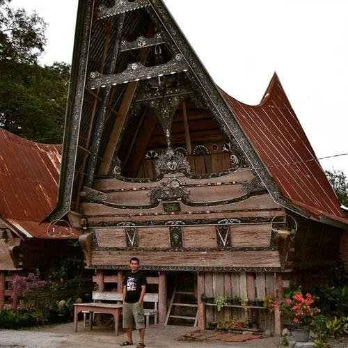 Rumah Bolon adalah rumah adat dari suku Batak yang ada di Indonesia. Rumah Bolon berasal dari daerah Sumatera Utara. Rumah Bolon adalah simbol dari identitas masyarakat Batak yang tinggal di Sumatera Utara. Pada zaman dahulu kala, Rumah Bolon adalah tempat tinggal dari 13 raja yang tinggal di Sumatera Utara. 13 Raja tersebut adalah Raja Ranjinman, Raja Nagaraja, Raja Batiran, Raja Bakkaraja, Raja Baringin, Raja Bonabatu, Raja Rajaulan, Raja Atian, Raja Hormabulan, Raja Raondop, Raja Rahalim, Raja Karel Tanjung, dan Raja Mogam. Ada beberapa jenis Rumah Bolon dalam masyarakat Batak yaitu rumah Bolon Toba, rumah Bolon Simalungun, rumah Bolon Karo, rumah Bolon Mandailing, rumah Bolon Pakpak, rumah Bolon Angkola. Setiap rumah mempunyai ciri khasnya masing-masing. Sayangnya, rumah Bolon saat ini jumlah tidak terlalu banyak sehingga beberapa jenis rumah Bolon bahkan sulit ditemukan. Saat ini, rumah bolon adalah salah satu objek wisata di Sumatera Utara. Rumah Bolon adalah salah satu budaya Indonesia yang harus dilestarikan (Wikipedia).. Batak  Culture Sumatrautara Toba Simalungun Karo Pakpak Angkola Mandailing