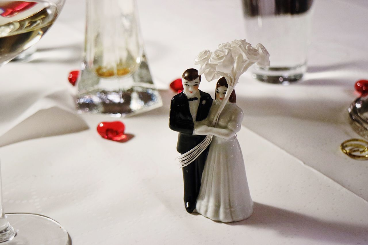 wedding, bride, table, figurine, wedding cake figurine, indoors, bridegroom, wedding cake, celebration, close-up, life events, groom, food, wedding dress, day