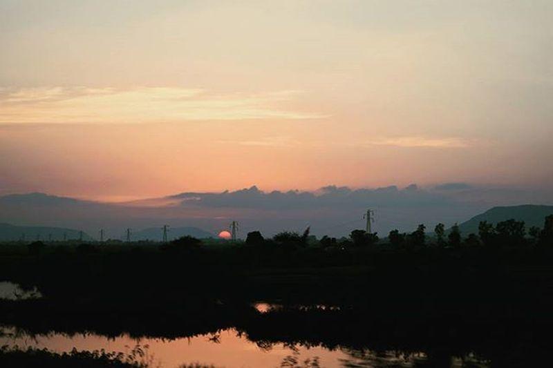 Sunset from the chhuk chhuk gaadi Train, it's train, dufus . Sunset Bombaypune Route Bombay Ig_india _soi Mumbai_uncensored _indiasb _coi Insane Light Mumbaimerijaan Nikon D5300 .
