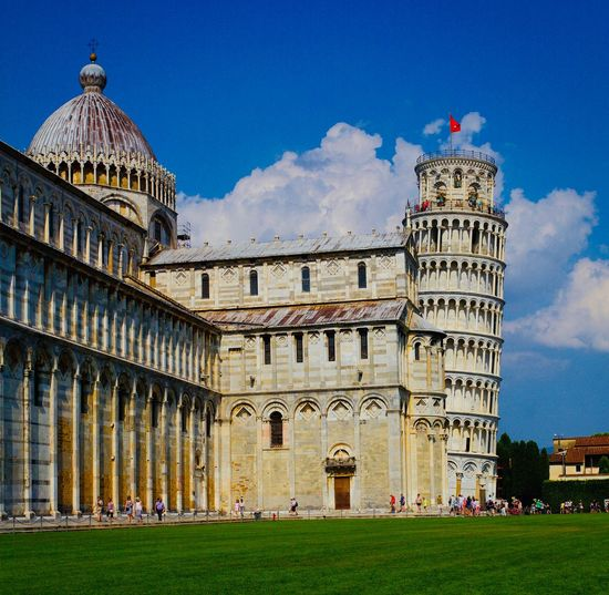 Piazza dei Miracoli Leaning Tower Of Pisa Piazza Dei Miracoli Duomo Pisa Tourism Travel Tourist Destination Street Photography Streetphotography Italy Canon Canonphotography EyeEm Selects EyeEmNewHere Built Structure Building Exterior Architecture Sky Cloud - Sky Travel Destinations Nature Day Travel Outdoors City EyeEmNewHere