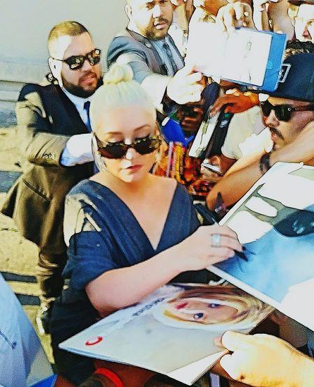 Christina Aguilera Christinaaguilera Fanatics Fans Popstar Singer  Blonde Girl Blonde Blondehair Blonde Hair Signing Autographs Signing Autographs Xtina Aguilera Xtina Security Bodyguards Bodyguard