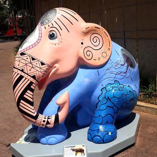 """🐘A CADA 15 SEGUNDOS UM ELEFANTE É MORTO """"33.000 ELEFANTES AFRICANOS SÃO MORTOS A CADA ANO"""" EXPOSIÇÃO ELEPHANT PARADE BH 15/03 - 15/05 Entre os dias 15 de março e 15 de maio, a mostra internacionalconta com dezenas de esculturas em tamanho real de elefantes bebês e estará disponivel para visitação gratuita . """"A Elephant Parade foi fundada por pai e filho, Marc e Mike Spits, em 2006. Em férias na Tailândia, Marc conheceu um bebê elefante chamado Mosha, que havia perdido sua perna depois de pisar numa mina terrestre. Mosha inspirou Marc e Mike a criar a Elephant Parade. OAsian Elephant Hospital, a """"casa"""" da Mosha em Lampang, foi das primeiras organizações a receber contribuições geradas pelas exposiçõese até hoje continua a receber fundos para cuidar da mascote da Elephant Parade. 🌍Localização: Shopping Pátio Savassi - Belo Horizonte-MG #joannakubitschek #elephant  #elefante #Brasil #photography #Fotografia #Exposition #cores #igersbrasil EyeEm Selects Close-up"""