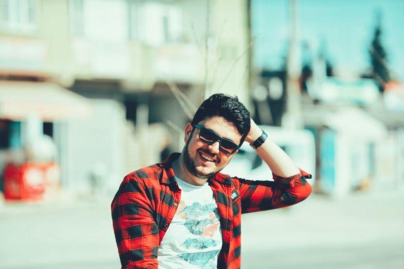 En sevdiğim pozlardan😎 Turkey Mardintravel Mardingezi Yaz Summer Ilkbahar Spring Antalya Istanbul Türkiye EyeEm EyeEm Best Shots Bestportraits Photography EyeEm Gallery Seko Kırmızı Gömlek 2018 Mardin City Men Headphones Human Face Listening Music Front View Sunglasses Red Riot