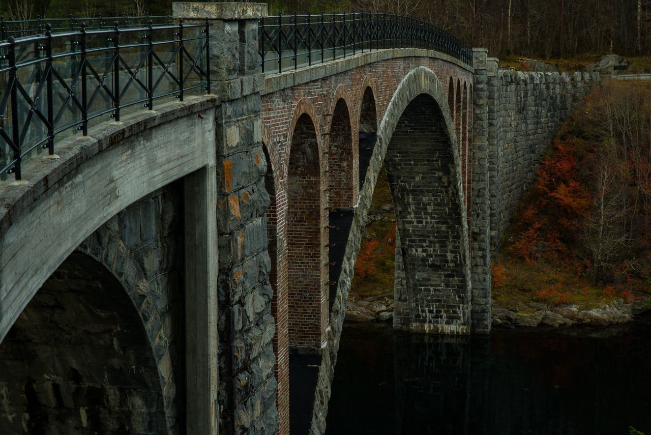 LOW ANGLE VIEW OF BRIDGE OVER WATER