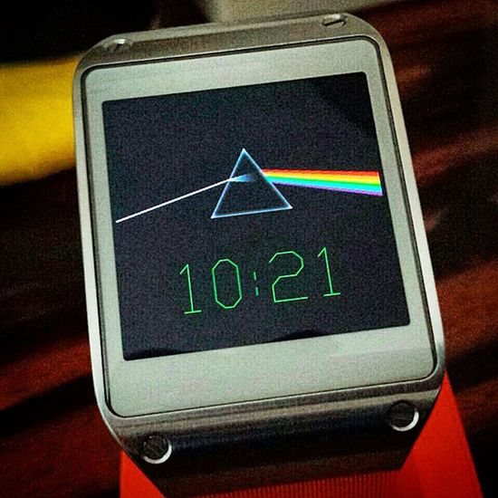 The Original Classic Samsung Gear, with my Custom Dark Side of the Moon Watchface SamsungGear Samsung Geargram Classic Classicdesign Pinkfloyd DarkSideOfTheMoon Smartwatch Orange Insterlondon Londonlife Londonview London England English Britain British Greatbritain GB Uk